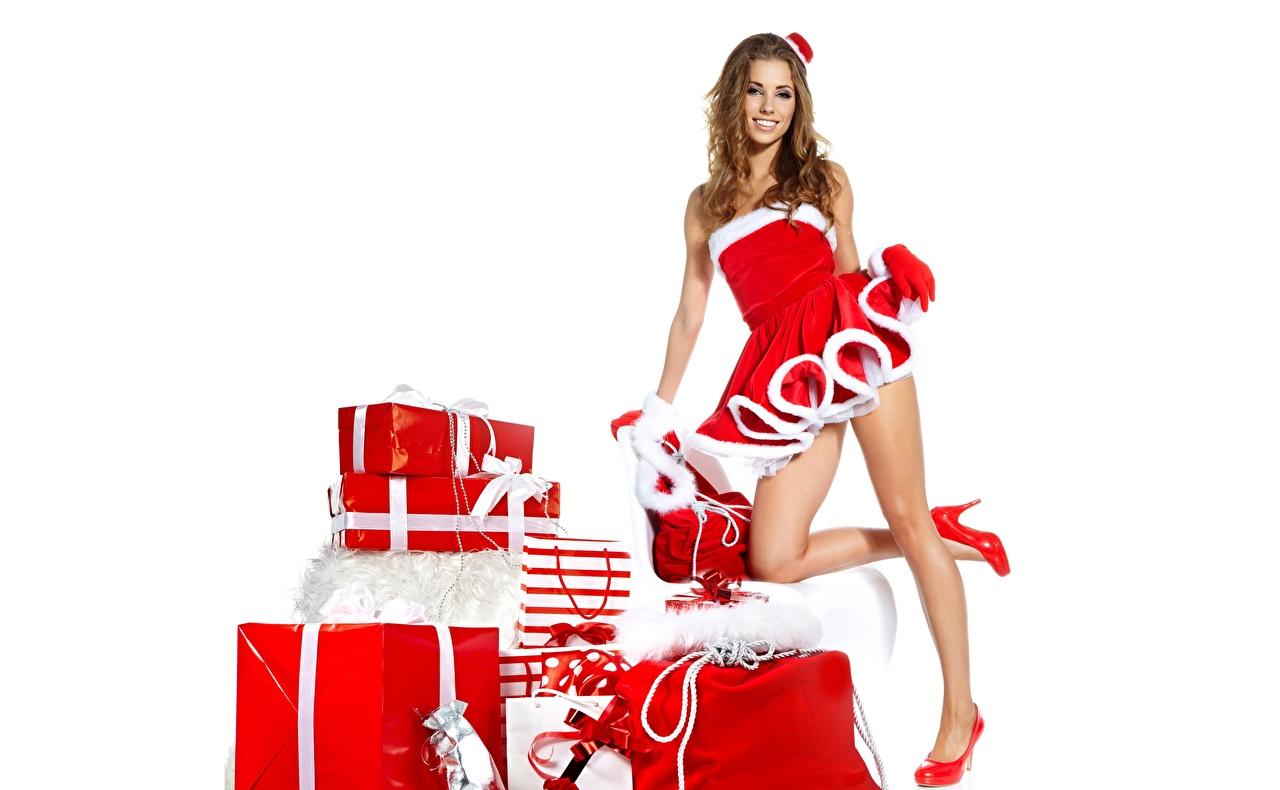 Фотография Izabela Magier Рождество улыбается Поза Девушки Ноги Подарки Белый фон Туфли Новый год Улыбка позирует девушка молодая женщина молодые женщины ног подарок подарков белом фоне белым фоном туфель туфлях