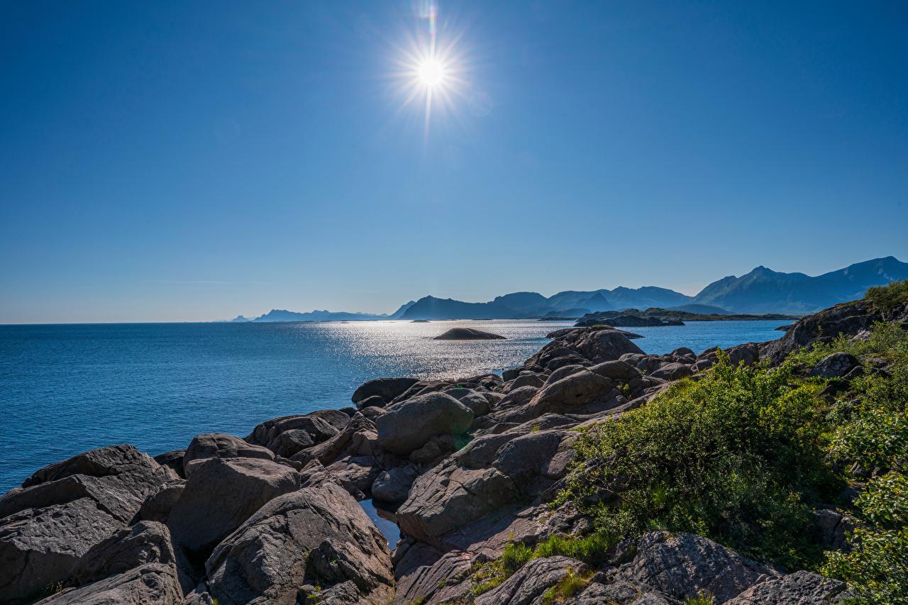 Картинки Лофотенские острова Норвегия гора Солнце Природа Камни Побережье Горы солнца берег Камень