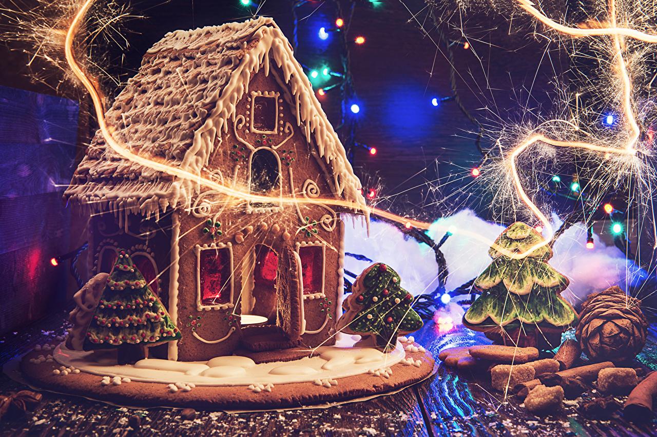 Картинка Пряничный домик Рождество Шишки Гирлянда Продукты питания Дома Выпечка Дизайн Новый год Еда Пища Электрическая гирлянда Здания