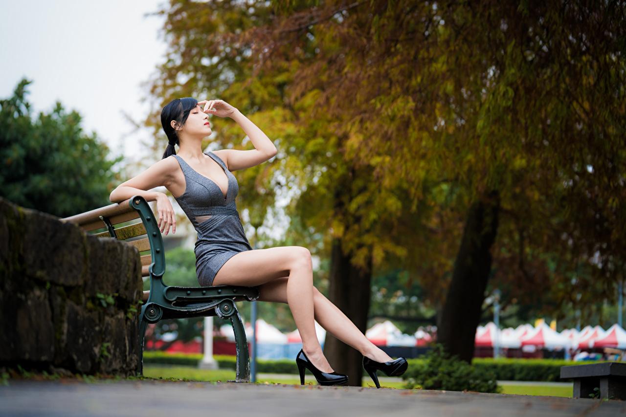 Фото брюнетки боке молодая женщина Ноги азиатка Руки Сидит Скамейка Платье Туфли брюнеток Брюнетка Размытый фон девушка Девушки молодые женщины ног Азиаты азиатки рука сидя Скамья сидящие платья туфлях туфель