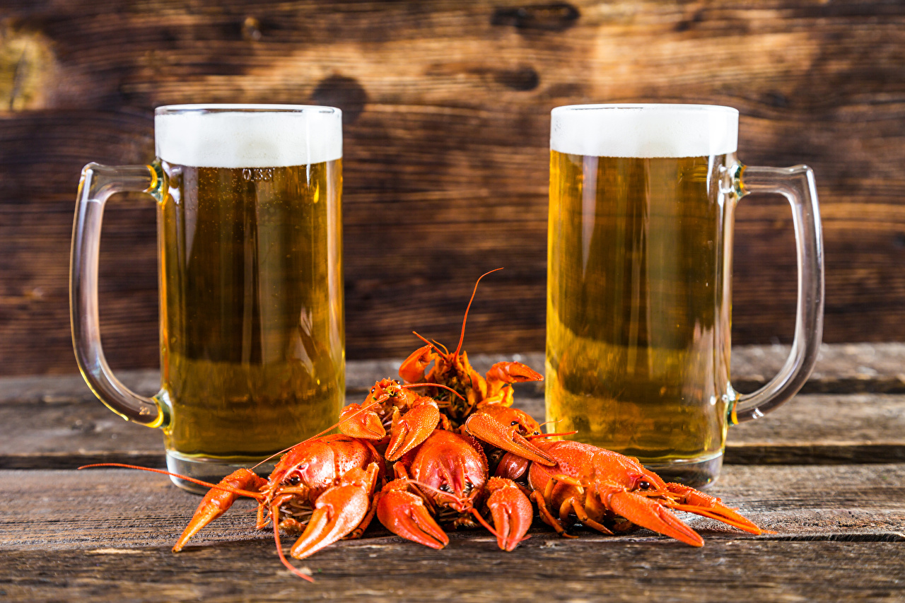Фото Двое Пиво Раки Пища Пена Кружка Доски 2 вдвоем Еда Продукты питания