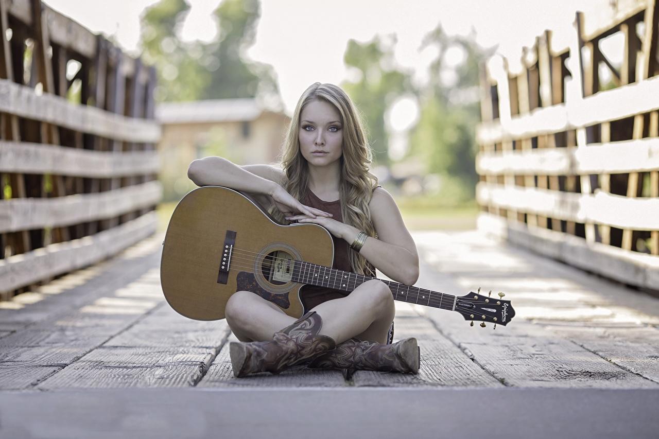 Фото Гитара сапог Мосты молодая женщина Ноги забором Сидит Доски гитары с гитарой Сапоги сапогах сапогов девушка Девушки молодые женщины ног Забор ограда забора сидя сидящие