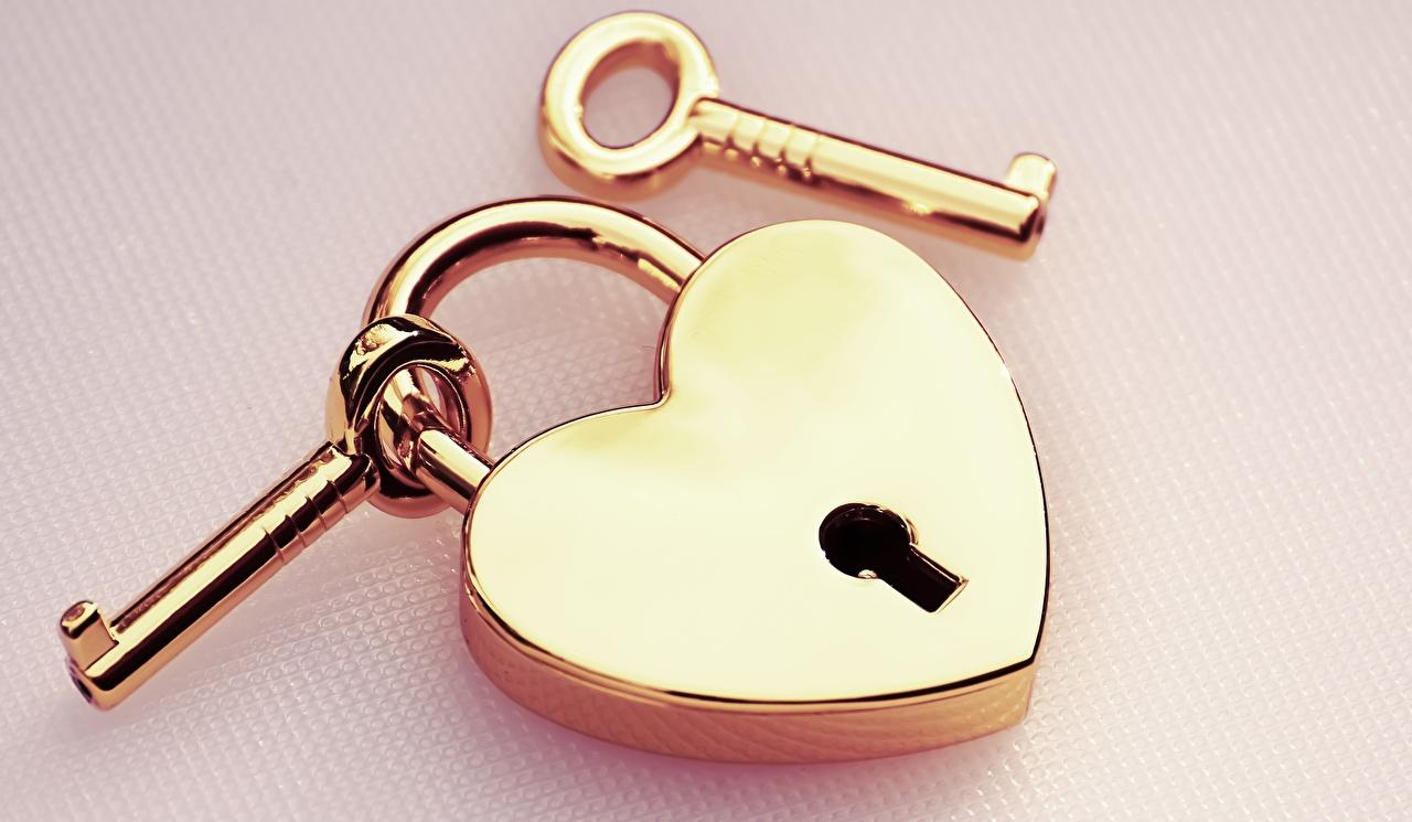 Фотография висячий замок золотых Замковый ключ вблизи Цветной фон Навесной замок золотые золотая Золотой ключа ключом Крупным планом