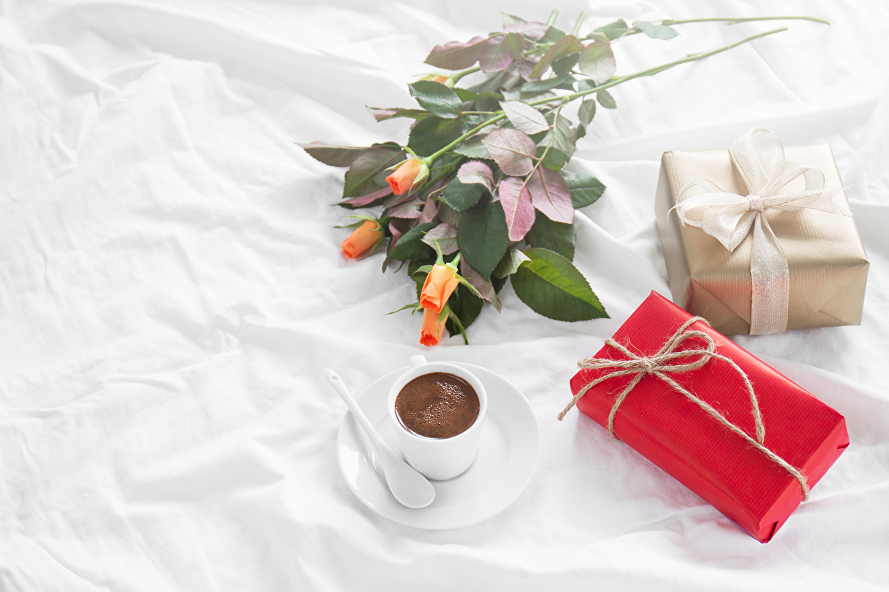Фото Розы Кофе Подарки Пища Чашка Праздники Еда Продукты питания