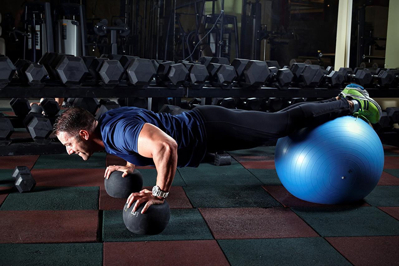 Фотографии спортивные Отжимание мужчина Фитнес Планка упражнение Мяч Спорт спортивная спортивный отжимается отжимаются Мужчины Мячик