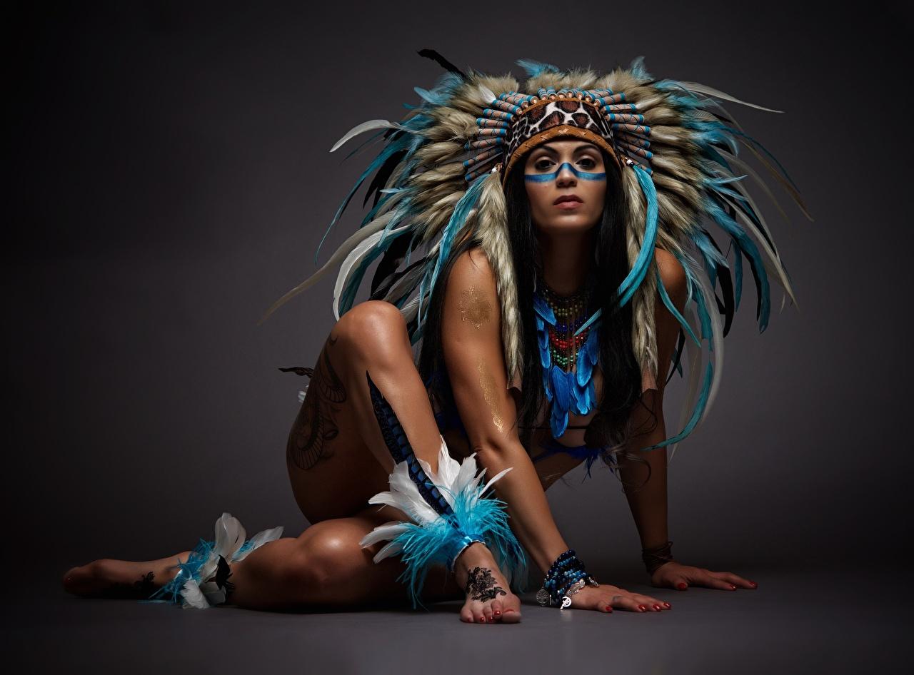 Фото Красивые Индейский головной убор негры девушка Ноги Руки красивый красивая Негр Девушки молодые женщины молодая женщина ног рука
