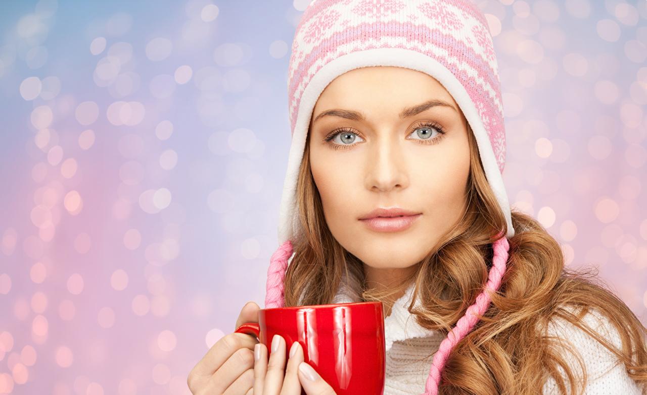 Картинки шатенки Лицо Шапки девушка смотрит Шатенка лица шапка в шапке Девушки молодые женщины молодая женщина Взгляд смотрят