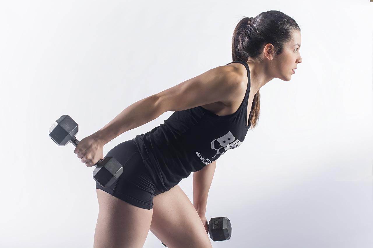 Обои для рабочего стола физическое упражнение позирует Фитнес Спорт Гантели Девушки Серый фон Тренировка тренируется Поза гантеля гантель девушка гантелей гантелями спортивные спортивная спортивный молодая женщина молодые женщины сером фоне