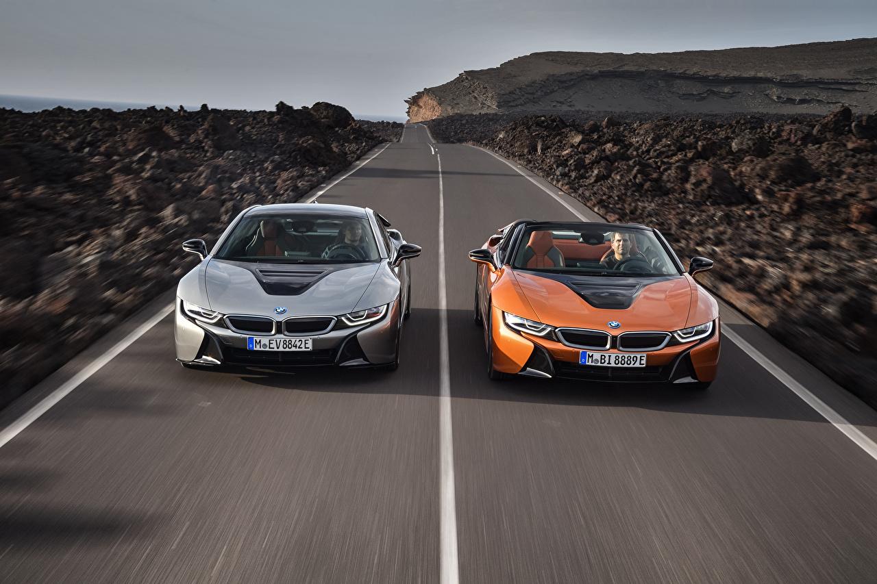 Обои для рабочего стола БМВ 2018 i8 Двое едущая Дороги Спереди автомобиль BMW 2 два две вдвоем едет едущий Движение скорость авто машина машины Автомобили