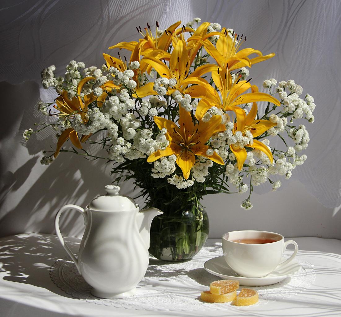 Обои для рабочего стола букет Лилии Мармелад цветок Чайник Пища Чашка Натюрморт Букеты лилия Цветы Еда чашке Продукты питания