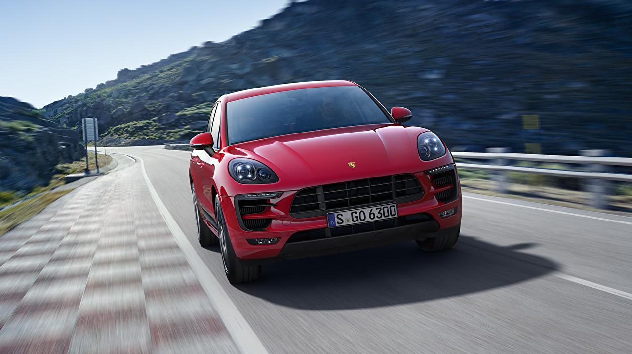 Фотография Porsche Macan GTS красных Движение авто Спереди Порше красная красные Красный едет едущий едущая скорость машина машины Автомобили автомобиль