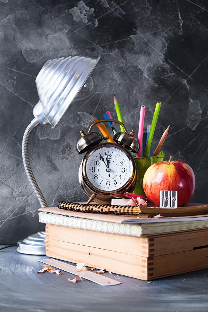 Обои для рабочего стола школьные Карандаши Часы Тетрадь спортивная Яблоки Будильник лампы Книга  для мобильного телефона Школа карандаш карандаша карандашей Спорт спортивные спортивный ламп Лампа книги