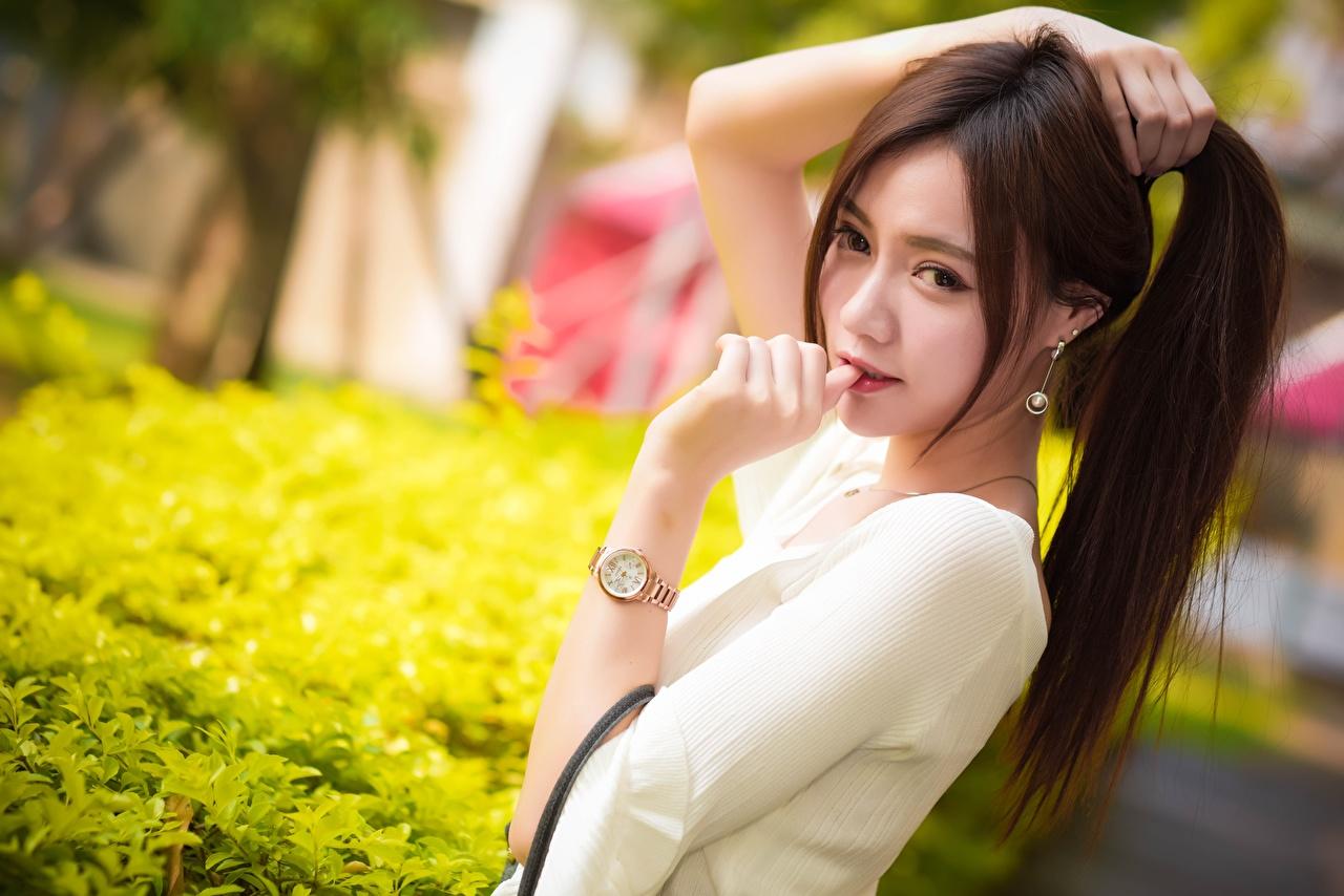 Картинки шатенки боке Наручные часы девушка азиатка рука смотрит Шатенка Размытый фон Девушки молодая женщина молодые женщины Азиаты азиатки Руки Взгляд смотрят