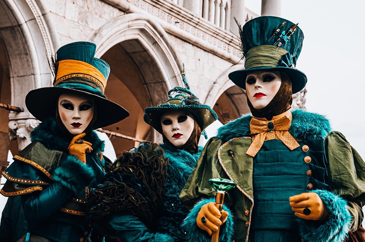 Картинки Венеция Италия перчатках шляпе Кольцо три Маски Галстук-бабочка Карнавал и маскарад Перчатки шляпы Шляпа кольца кольца ювелирное кольцо Трое 3 втроем
