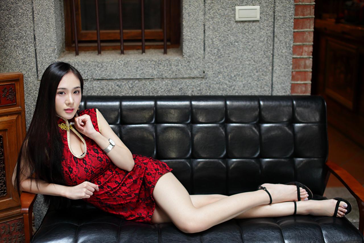 Фото Лежит Девушки ног Азиаты Диван смотрит платья лежа лежат лежачие девушка молодая женщина молодые женщины Ноги азиатки азиатка диване Взгляд смотрят Платье