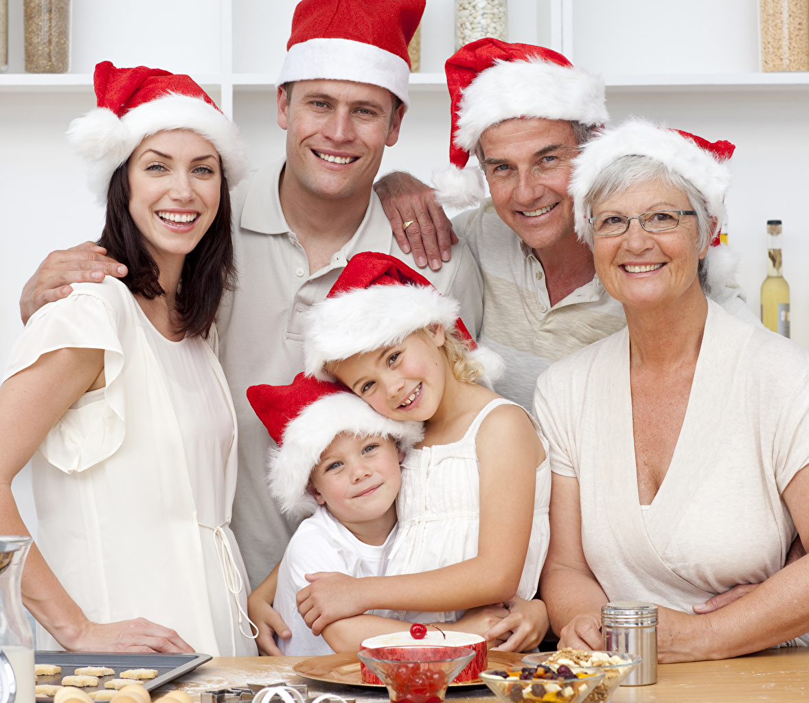 Фотографии Девушки девочка мальчишка Рождество мужчина Улыбка Семья Дети Шапки Взгляд девушка молодые женщины молодая женщина Девочки мальчик Мальчики мальчишки Новый год Мужчины улыбается шапка в шапке ребёнок смотрят смотрит