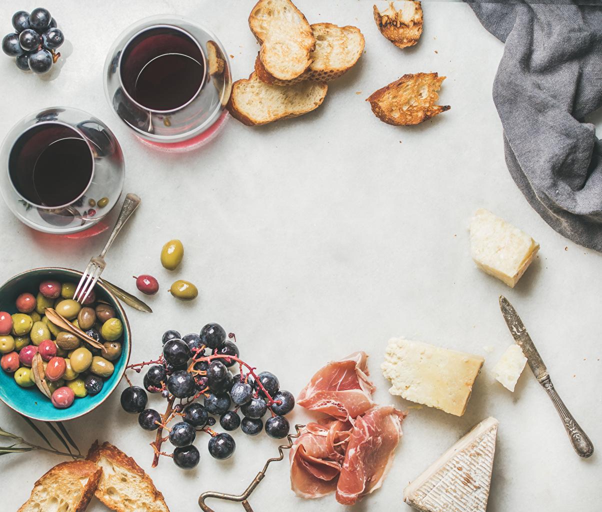 Фотография Кофе Оливки Завтрак Сыры Хлеб Ветчина Виноград Еда Чашка Белый фон Пища Продукты питания