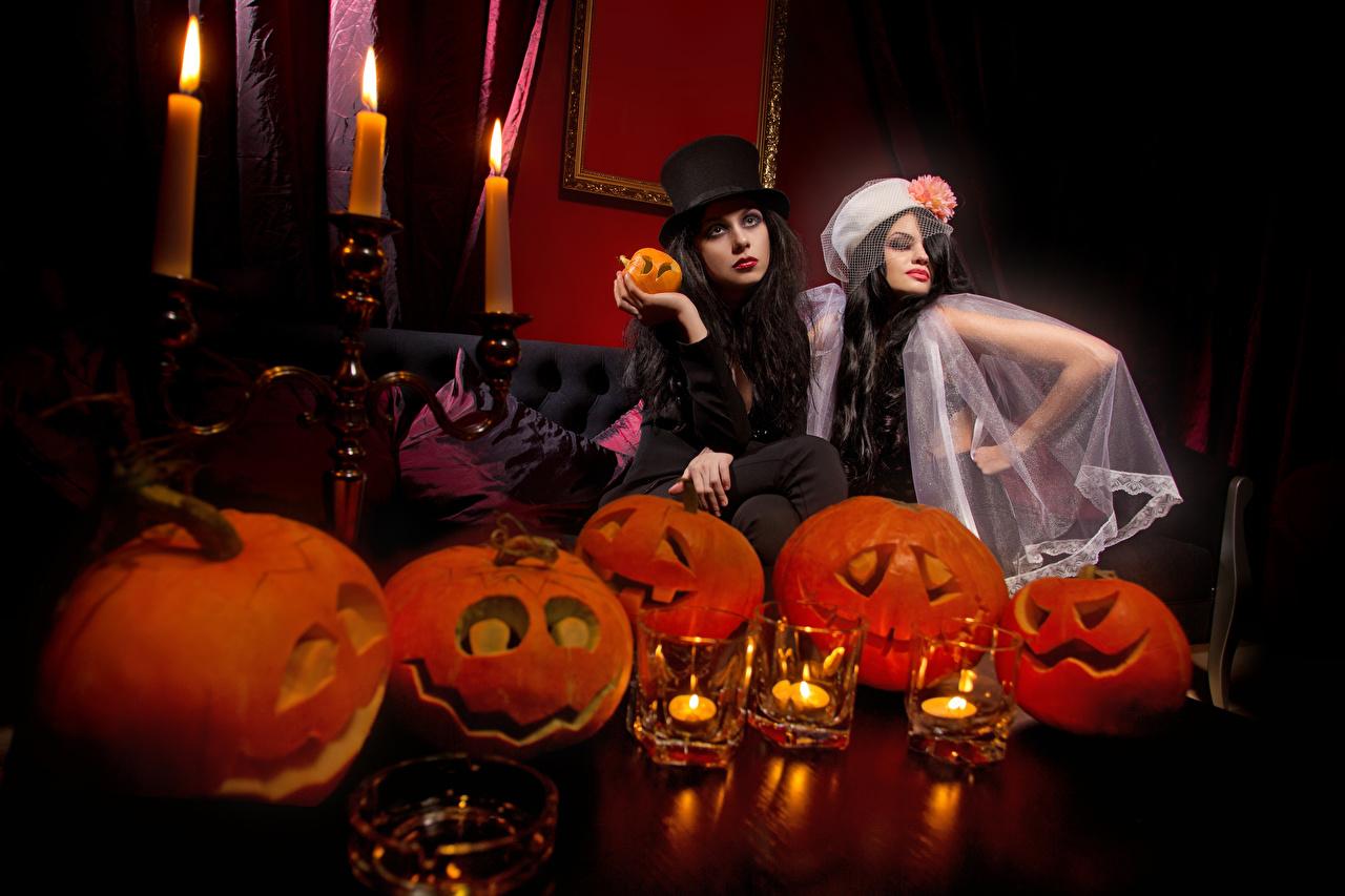 Фото брюнетки 2 шляпы Тыква Девушки Хеллоуин Свечи брюнеток Брюнетка две два Двое шляпе Шляпа вдвоем девушка молодые женщины молодая женщина
