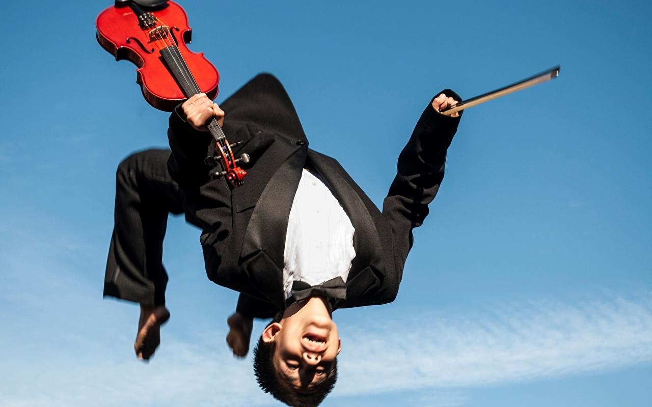 Фото Скрипки Мужчины прыгать костюме скрипка мужчина Прыжок прыгает в прыжке Костюм костюма классический костюм