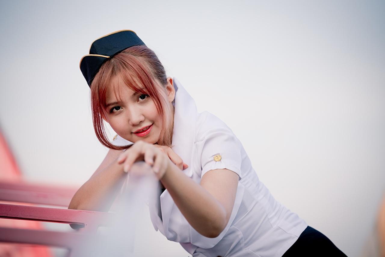Фотографии рыжие стюардесса Улыбка Размытый фон девушка Азиаты Руки смотрят Рыжая рыжих стюардесс Стюардессы улыбается боке Девушки молодая женщина молодые женщины азиатки азиатка рука Взгляд смотрит