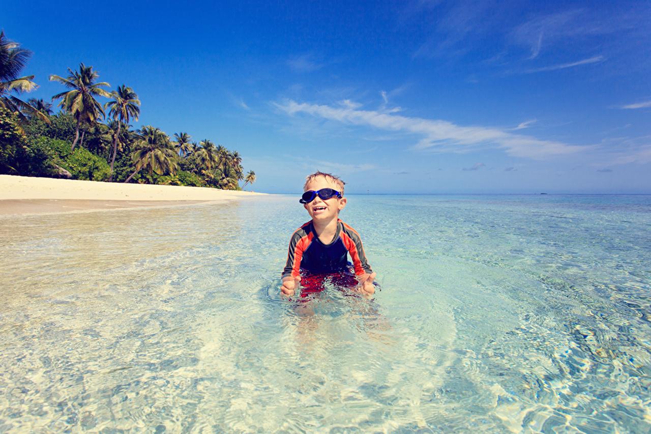 Картинки Мальчики радостная ребёнок Море Очки мальчик мальчишка мальчишки счастье Радость радостный счастливые счастливый счастливая Дети очков очках