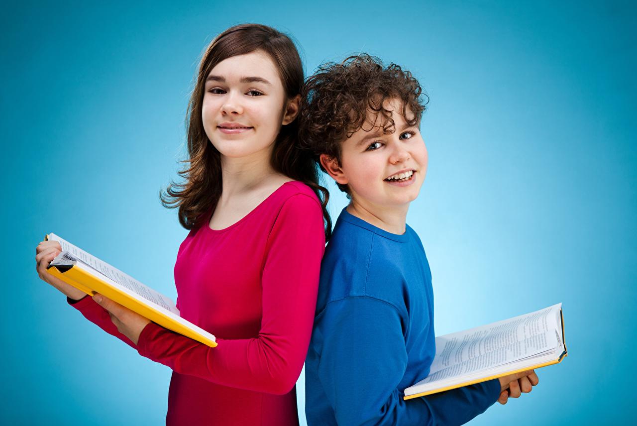 Картинки девочка мальчик Ребёнок вдвоем Книга смотрят Цветной фон Девочки Мальчики мальчишки мальчишка Дети 2 Двое книги Взгляд смотрит