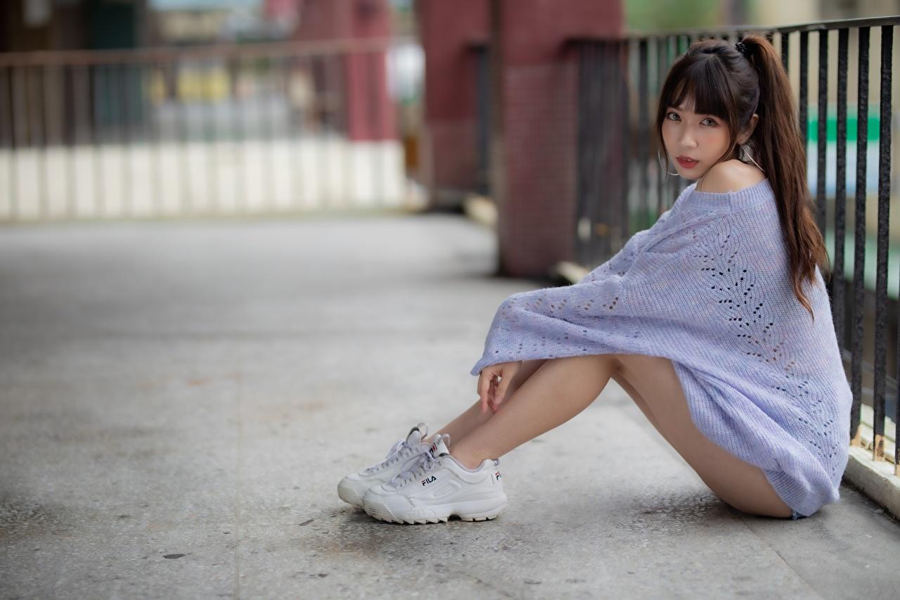 Обои для рабочего стола Шатенка Размытый фон Девушки Кроссовки Ноги азиатки свитере Сидит шатенки боке девушка кроссовках молодая женщина молодые женщины ног Азиаты Свитер азиатка свитера сидя сидящие