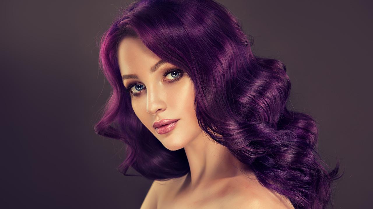 Фотографии красивый лица Волосы Девушки смотрят сером фоне Красивые красивая Лицо волос Взгляд смотрит Серый фон
