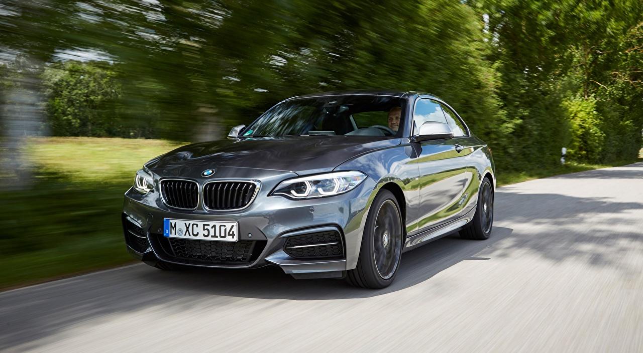 Обои для рабочего стола БМВ 2 Series M240i xDrive, F22 Купе Серый едет авто Спереди Металлик BMW серая серые едущий едущая скорость Движение машина машины Автомобили автомобиль