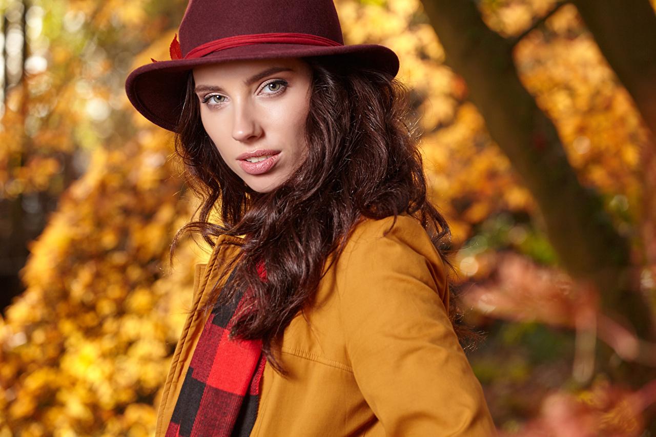 Фотография шатенки Размытый фон Шляпа Девушки Взгляд Шатенка боке шляпе шляпы девушка молодые женщины молодая женщина смотрят смотрит