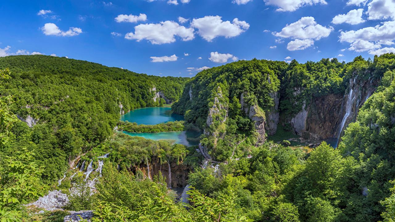 Обои для рабочего стола Хорватия Plitvice Lakes Природа Водопады Небо Парки Озеро дерева облачно парк дерево Облака облако Деревья деревьев