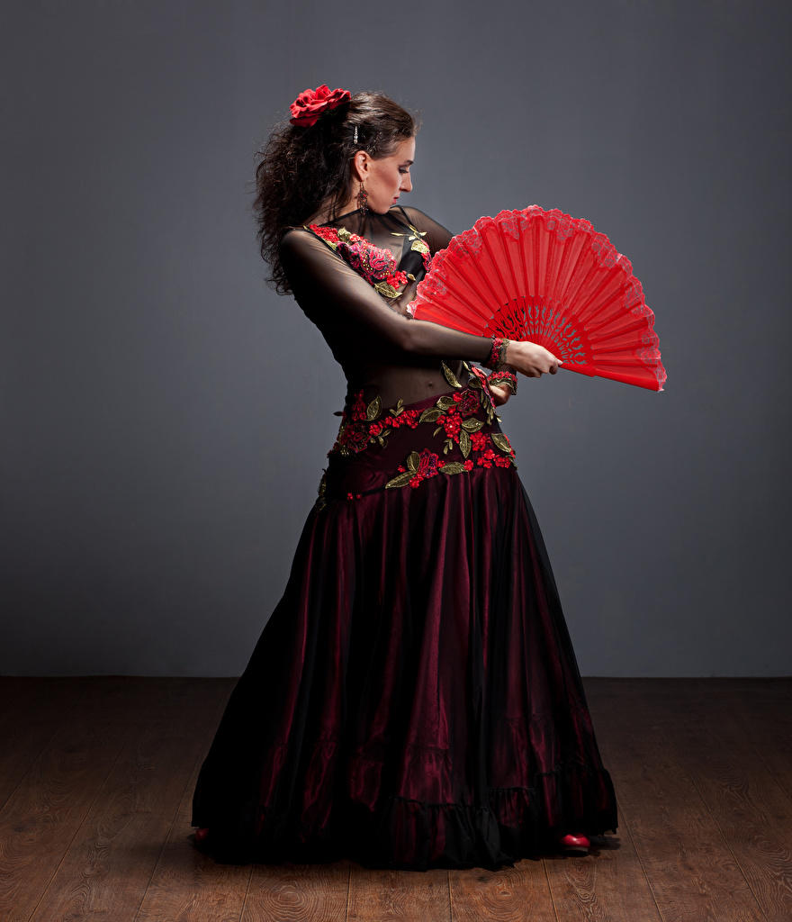 Картинка Шатенка танцуют девушка платья шатенки Танцы танцует Девушки молодые женщины молодая женщина Платье