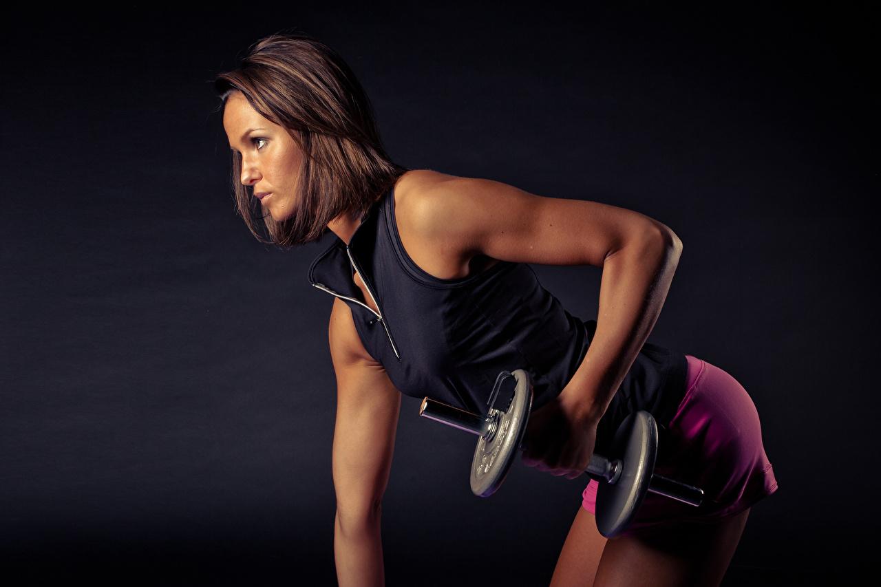 Фото шатенки Тренировка Фитнес гантеля Девушки Руки Сбоку Шатенка тренируется физическое упражнение Гантели гантель девушка гантелей гантелями молодая женщина молодые женщины рука