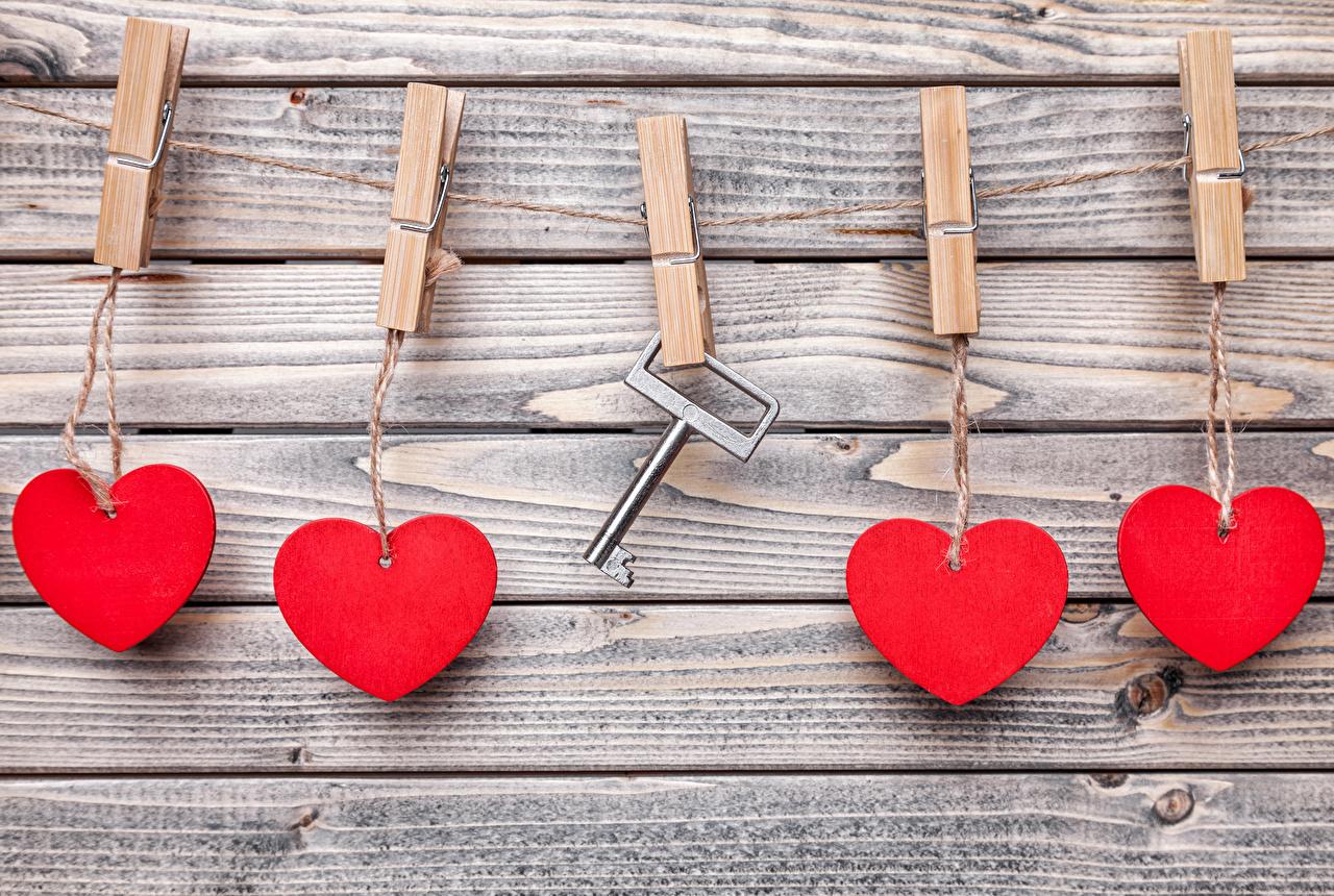 Картинка День всех влюблённых Сердце Прищепки стенка Замковый ключ Доски День святого Валентина сердечко Стена
