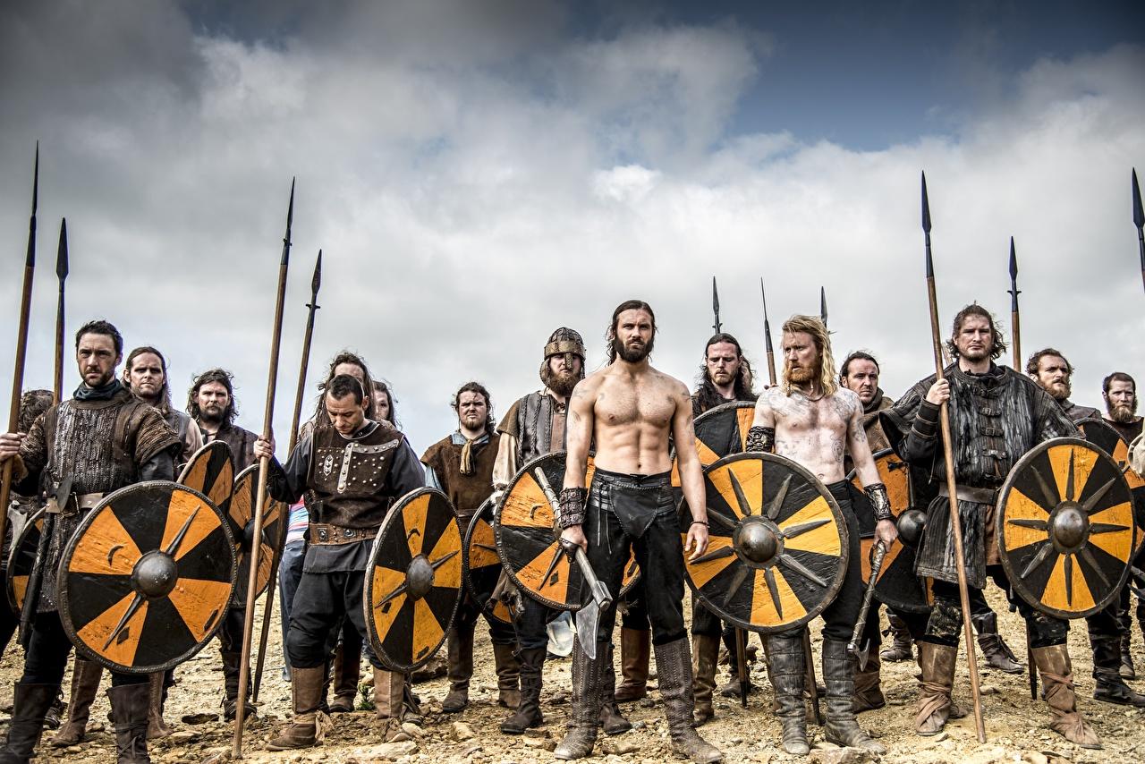 Картинка Викинги (телесериал) Щит с копьем Воители мужчина Фильмы щиты Копья с щитом воин воины Мужчины кино
