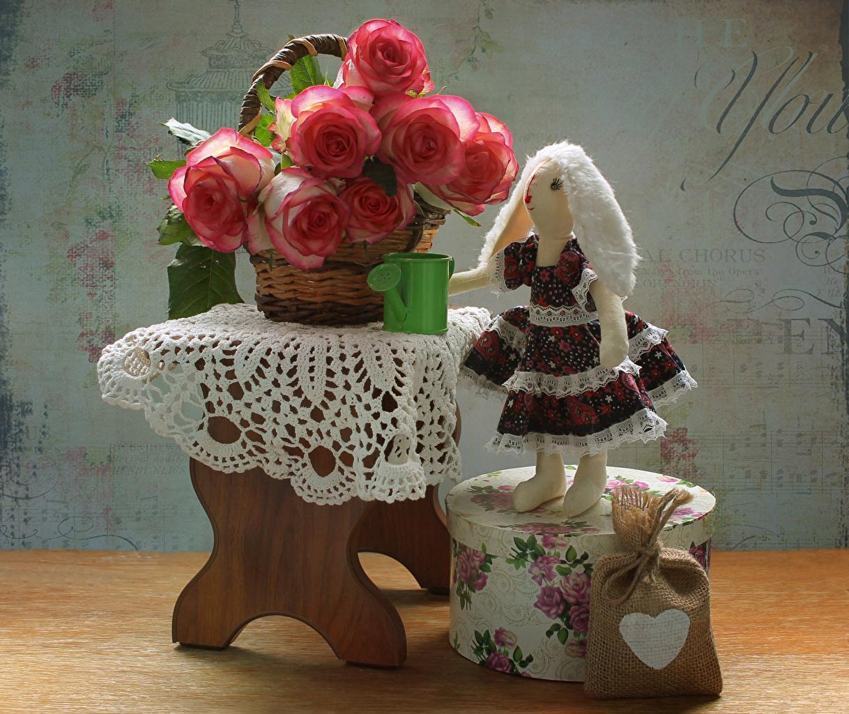 Обои для рабочего стола Девочки Кукла сердечко Розы розовых цветок Коробка Корзина Скамья Натюрморт девочка куклы серце сердца Сердце роза Розовый розовая розовые Цветы коробке коробки корзины Корзинка Скамейка