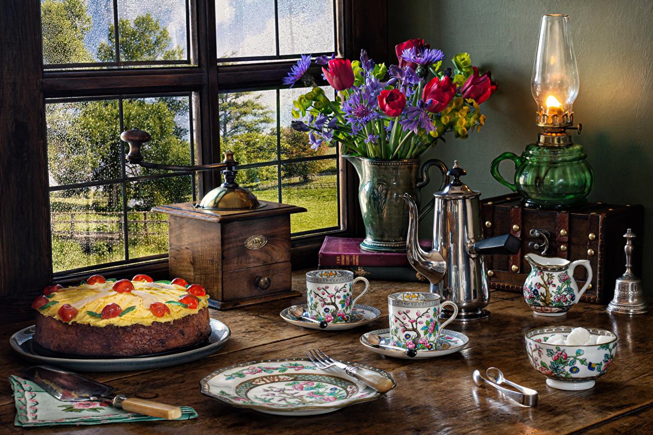 Фотография Торты тюльпан Керосиновая лампа Еда вазы Окно Чашка тарелке Натюрморт Тюльпаны вазе Ваза окна Пища чашке Тарелка Продукты питания