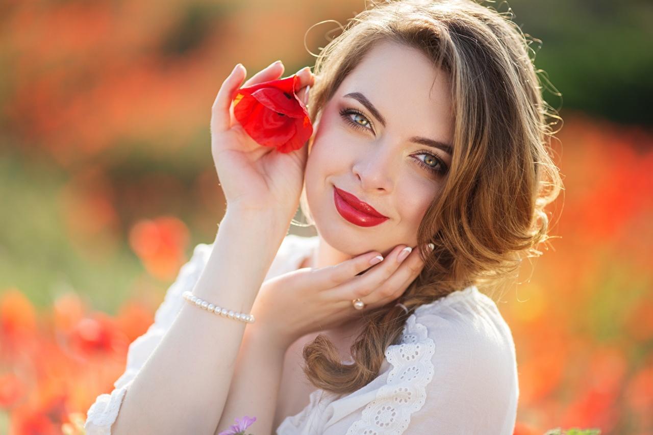 Фотография Шатенка улыбается боке молодые женщины мак Руки смотрит Красные губы шатенки Улыбка Размытый фон девушка Девушки молодая женщина Маки рука Взгляд смотрят красными губами