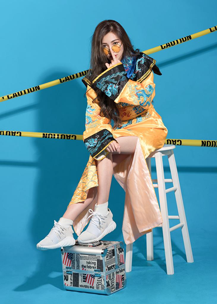 Фотография Поза Кимоно молодые женщины Азиаты стул сидя очков  для мобильного телефона позирует девушка Девушки молодая женщина азиатки азиатка Очки Сидит очках Стулья сидящие