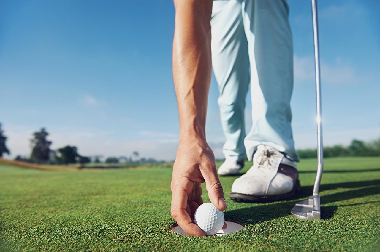 Фотографии Гольф спортивный Шар рука Газон вблизи Спорт спортивные спортивная Руки Шарики газоне Крупным планом