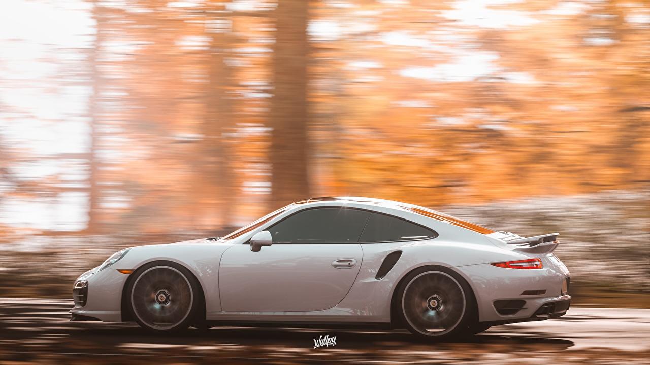 Картинки Forza Horizon 4 Porsche 911 by Wallpy белых Движение Сбоку машина Порше белая белые Белый едет едущий едущая скорость авто машины Автомобили автомобиль