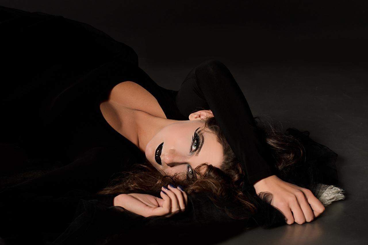 Картинки брюнеток Макияж Девушки Руки смотрит Брюнетка брюнетки мейкап косметика на лице девушка молодые женщины молодая женщина рука Взгляд смотрят