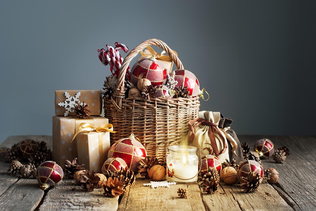 Фотографии Рождество Подарки Корзина Шишки Шарики Доски Новый год Корзинка Шар