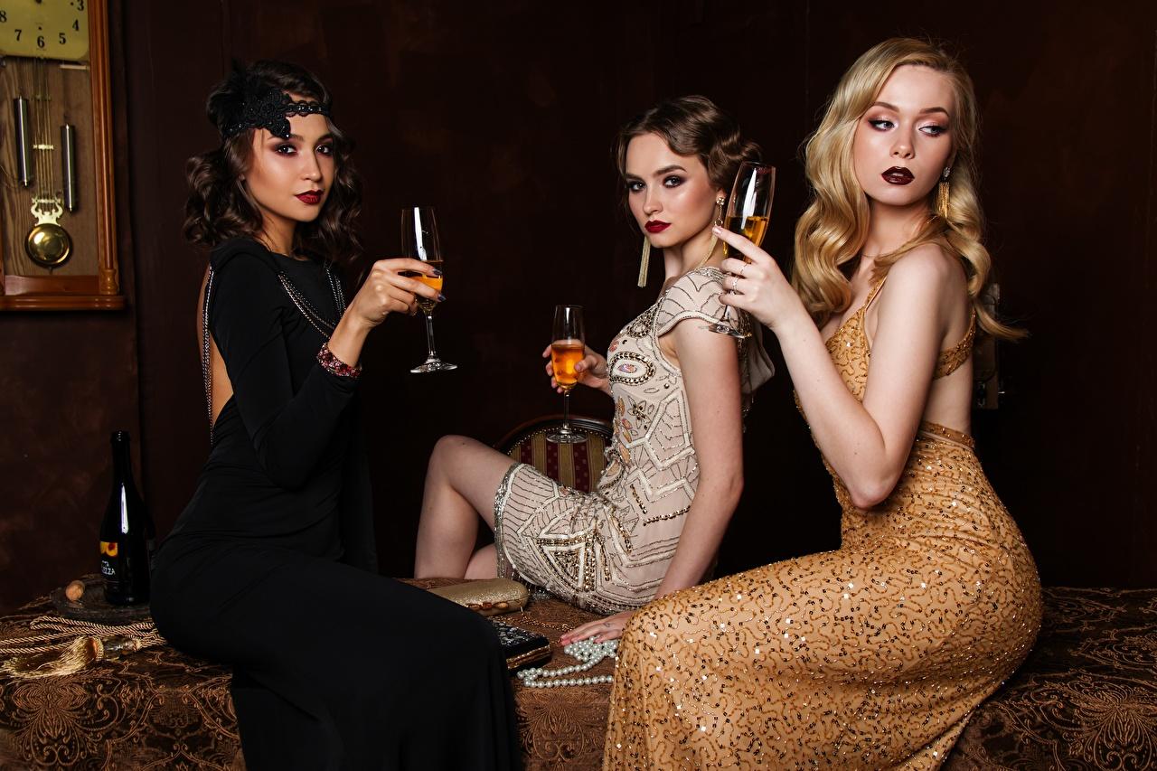 Картинки Блондинка Девушки втроем Бокалы сидящие Платье Сидит Трое 3