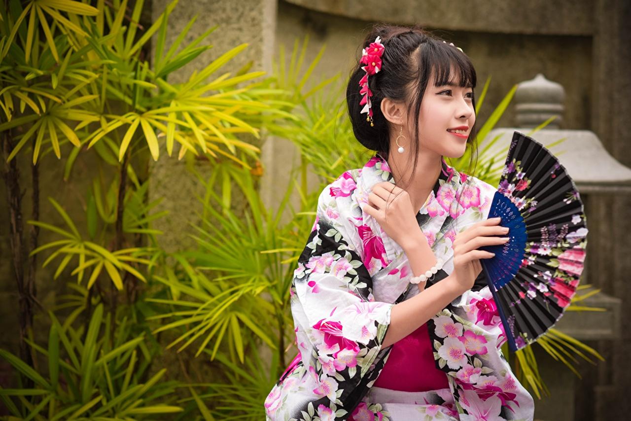 Фото брюнеток улыбается Japanese Веер Кимоно Девушки азиатка Руки брюнетки Брюнетка Улыбка девушка молодая женщина молодые женщины Азиаты азиатки рука