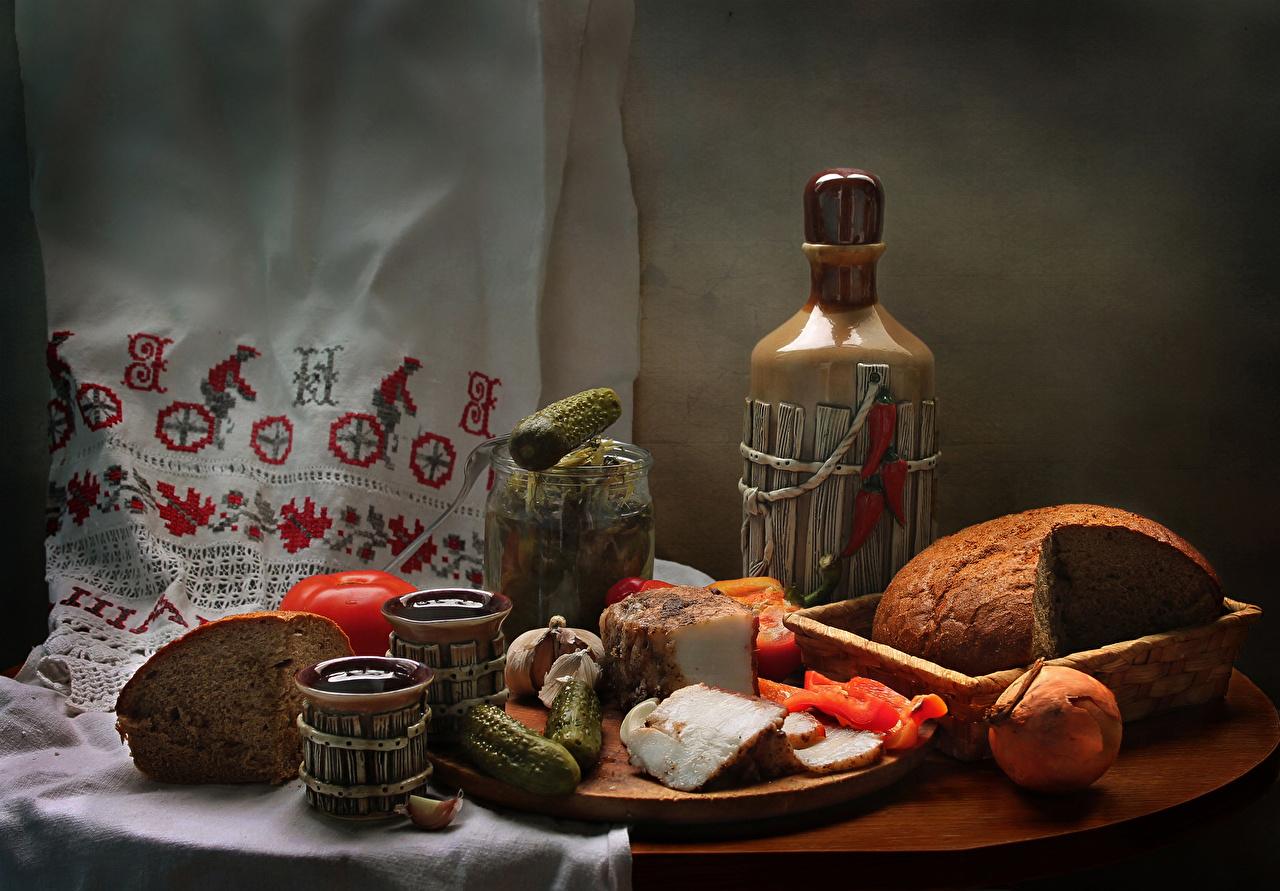 Обои Сало Вино Огурцы Помидоры Лук репчатый Хлеб Бутылка Продукты питания Натюрморт Томаты Еда Пища