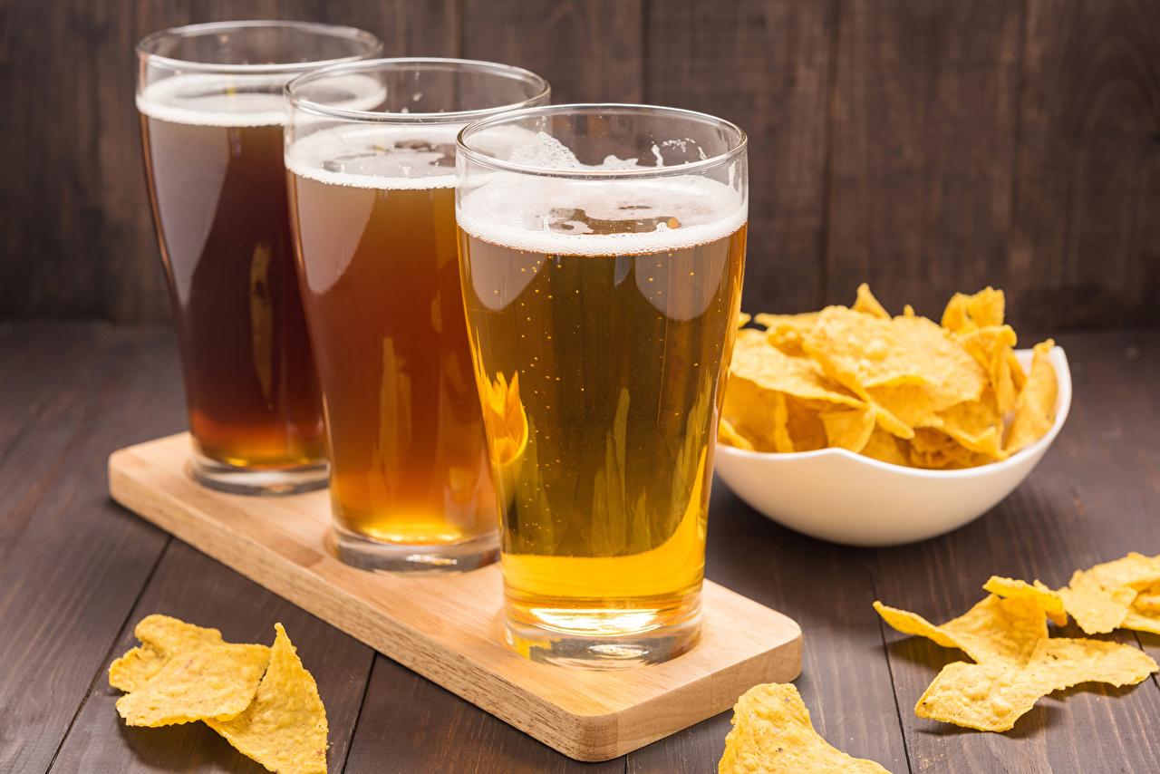 Фотографии Пиво Чипсы Стакан Трое 3 Продукты питания Еда Пища втроем