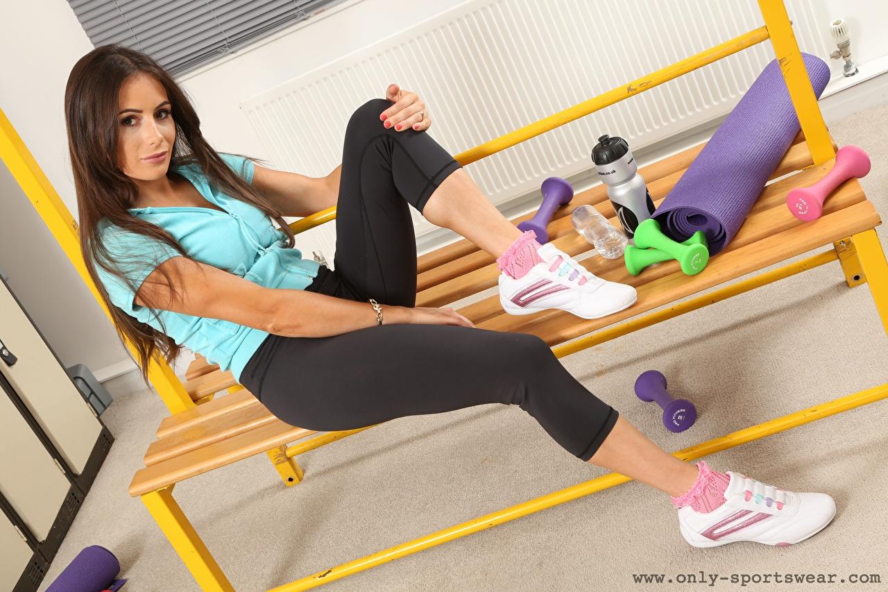 Картинка Laura Hollyman шатенки Фитнес кроссовках молодая женщина Ноги Сидит Шатенка Девушки девушка Кроссовки молодые женщины ног сидя сидящие