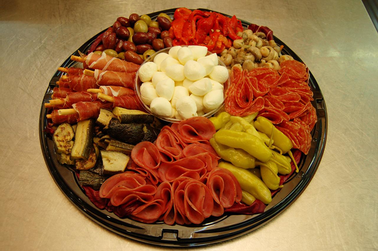 Обои для рабочего стола Колбаса Сыры Грибы Ветчина Еда Овощи Перец Мясные продукты Пища перец овощной Продукты питания