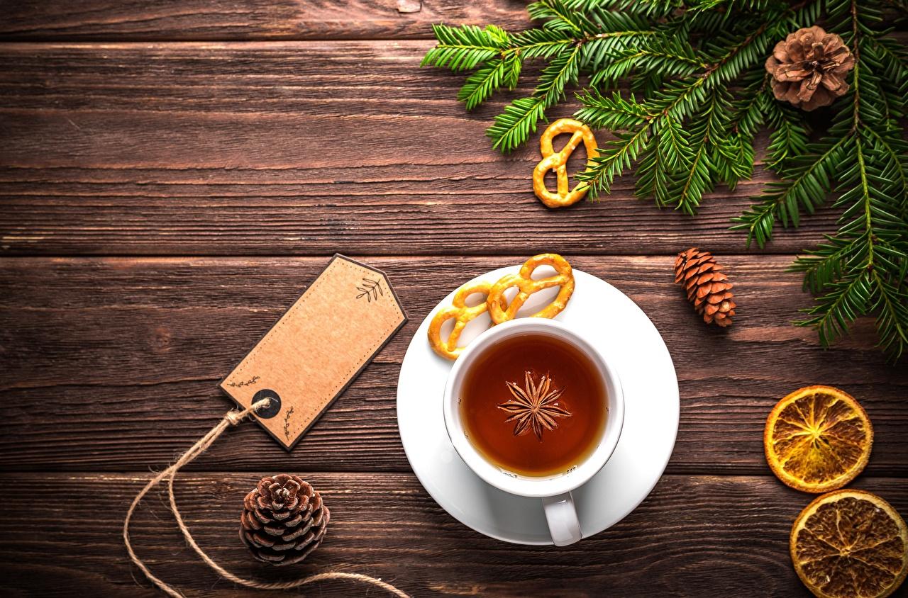 Обои для рабочего стола Рождество Чай Шишки чашке Ветки Доски Новый год Чашка ветвь ветка шишка на ветке